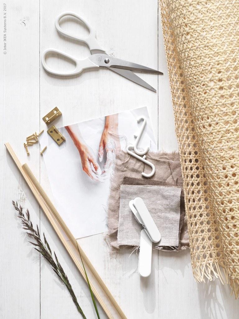 """Écran pliant DIY - via Coco Lapine Design blog """"data-recalc-dims ="""" 1 """"/> Le site Ikea Livet Hemma vient de publier un didacticiel pour ce superbe écran pliant DIY. Je pense que c'est tellement génial Idée et totalement conforme à la tendance en rotin qui est si populaire en ce moment.</p></noscript><p> L'idée et le style de Pella Hedeby, ont aidé Alicia Sjöström et ont été photographiées par Ragnar Ómarsson pour Ikea Livet Hemma</p></div><p></p><div class="""