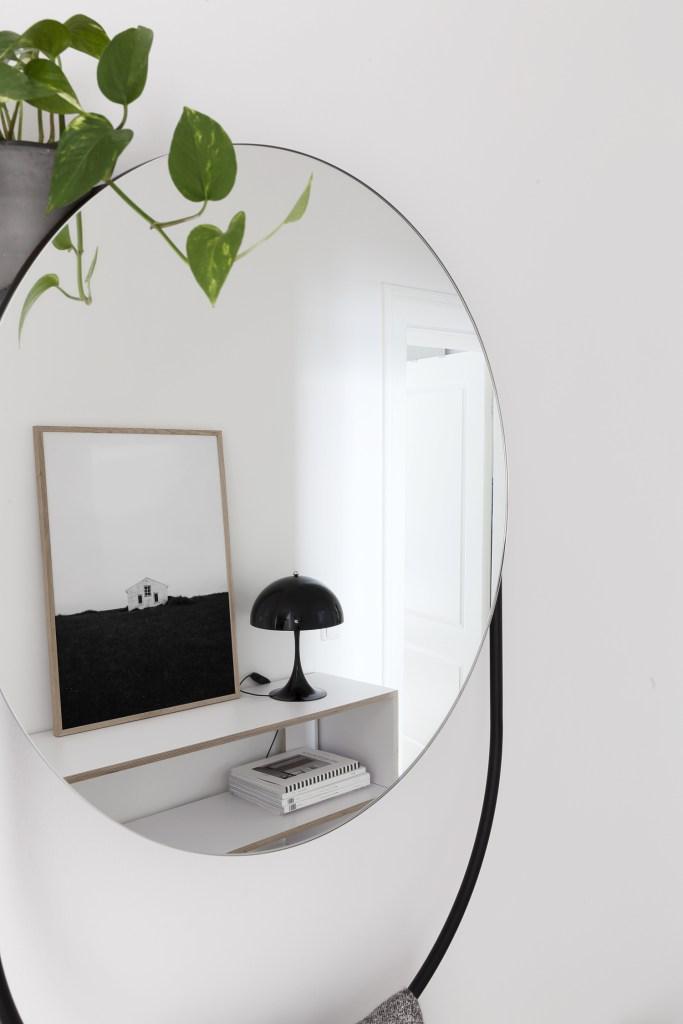 """Woud Verde mirror - via Coco Lapine Design blog"""" data-recalc-dims = """"1"""" /></p></noscript><p> Notre entrée est la dernière zone de notre appartement à vraiment prendre forme et je suis tellement content de notre nouveau miroir Verde conçu par Rikke Frost pour Woud, que nous avons raccroché pendant le week-end. Puisque nous avons déplacé l'armoire blanche de Tylko de l'autre côté, nous avions ce grand mur vide et je me demandais de raccrocher des pièces d'art, mais un miroir a beaucoup plus de sens dans cet espace.</p><p> Le design s'inspire des meubles en métal des années cinquante et leur utilisation de formes simples en combinaison avec une perspective fonctionnelle. Derrière le miroir, il y a une étagère cachée qui peut contenir une plante, de petits cadres ou d'autres objets en fonction de la pièce dans laquelle se trouve le miroir. J'ai opté pour une petite plante qui accroche d'un côté (j'adore que vous pouvez voir Le reflet de la plante dans le miroir aussi). Vous pouvez également accrocher des vêtements sur le côté du miroir – montré ici – et la partie inférieure de la structure fonctionne comme un rail suspendu ainsi. J'adore cette combinaison de fonctionnalités et l'aspect graphique que donnent les lignes simples du design dans notre couloir.</p><p> Si vous le souhaitez, vous pouvez consulter le site Web de Woud pour en savoir plus sur les produits, jeter un oeil à leur collection complète et savoir où acheter les produits Woud dans votre région.</p></div><p></p><div class="""