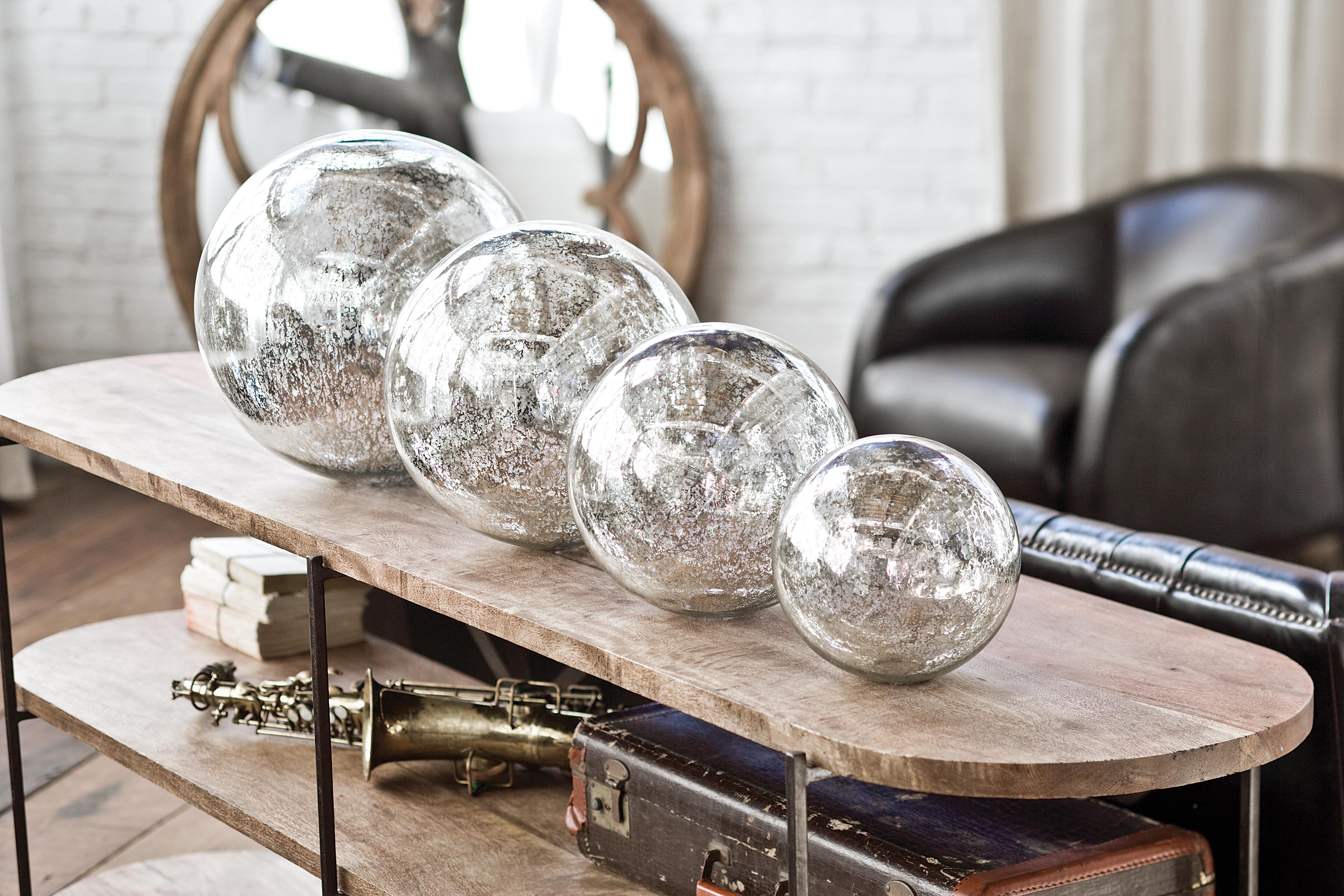 Source: Regina Andrew Design / Perigold &quot;width =&quot; 380 &quot;height =&quot; 254 &quot;data-caption =&quot; Perigold présente des accents et des meubles de maison de luxe, tels que ces sphères de verre mercuré soufflées par Regina Andrew Design. &quot;/&gt; <q style=