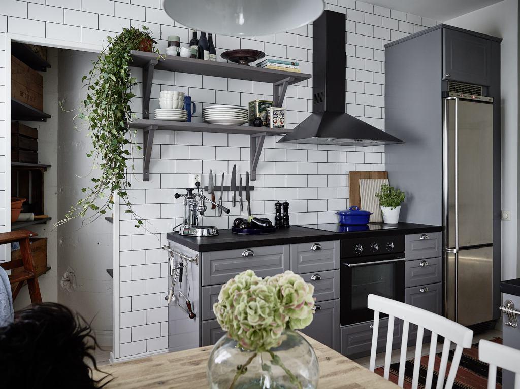 Cuisine grise avec un mur de carreaux - via Coco Lapine Design blog