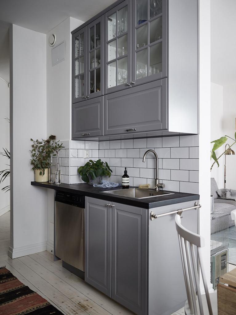 Cuisine grise avec un mur de carreaux - via Coco Lapine Design blog [19659005] Cuisine grise avec un mur de carreaux - via Coco Lapine Design blog