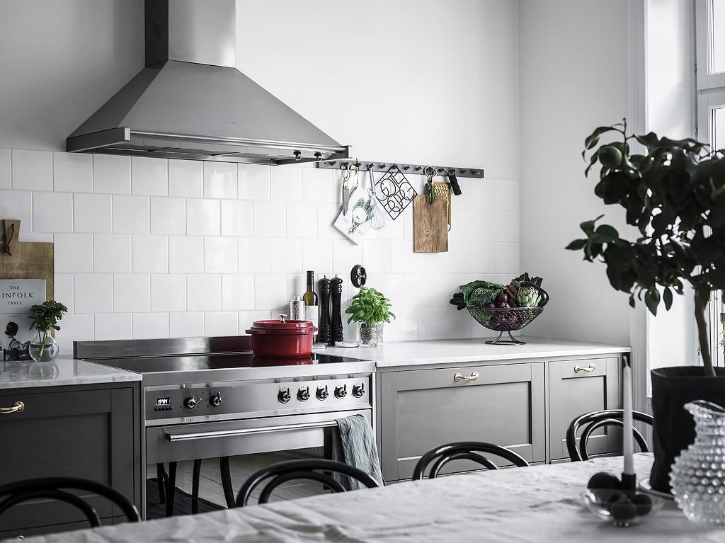 Cuisine grise avec grande salle à manger - via Coco Lapine Design blog