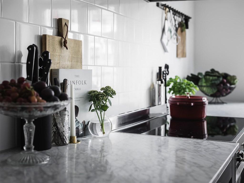 Cuisine grise avec une grande salle à manger - via Coco Lapine Design blog