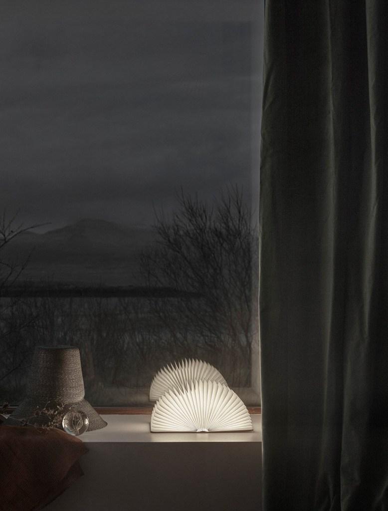 Histoire d'hiver islandaise - via Coco Lapine Design blog [19659005] J'aime ce style d'hiver doux et sombre d'Anna Pirkola pour Residence Magazine. Ils tiraient en Islande, d'où le joli cadre.</p></noscript><p> Styling par Anna Pirkola, assistée de Jaana Niittynen, photographiée par Katri Kapanen pour Residence Magazine</p></p></div><p></p><div class=