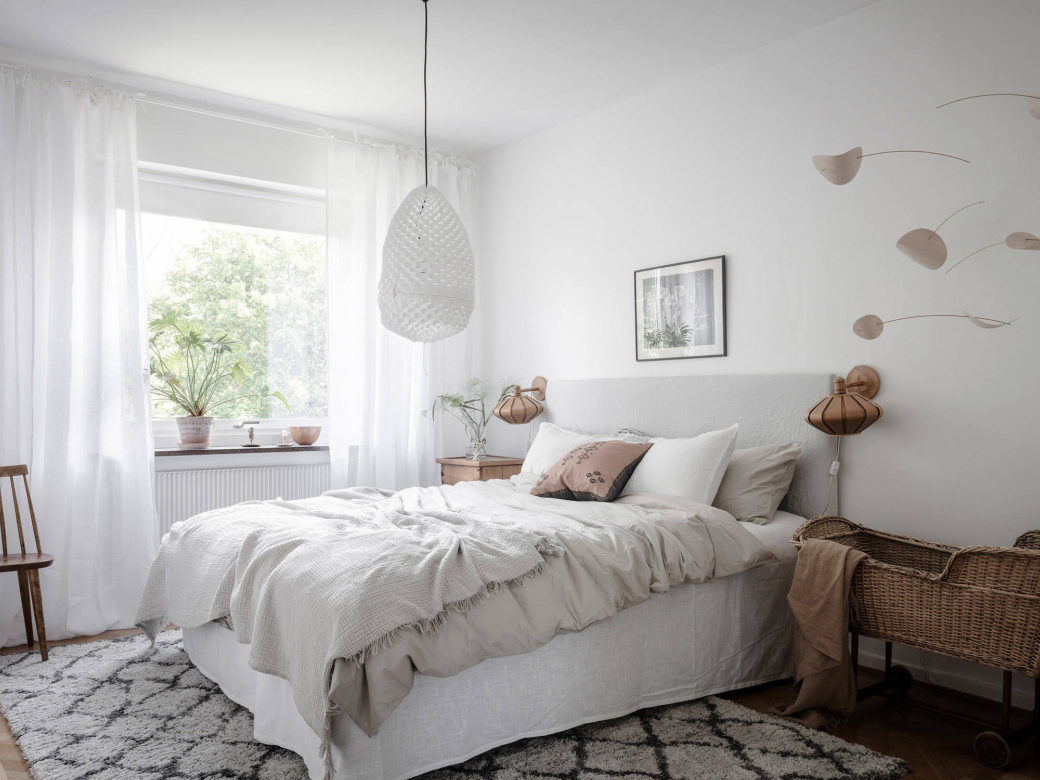 Chambre blanche avec des accents de bois - Home-staging Déco Design