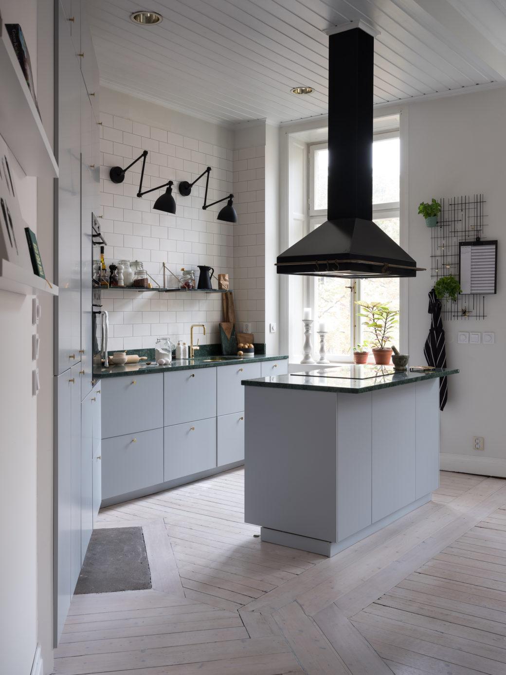 Cuisine Gris Clair cuisine grise en laiton et marbre vert - home-staging déco